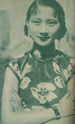 徐来1943年的一场意外事件差点让徐来的身份暴露。她悄悄去探望抗日志士黄逸光的遗孀王者香,黄是刺杀汪精卫失手后牺牲的。在王者香的住所,她还看到了抗日烈士尚振声的遗孀杨静涵。杨静涵在丈夫遇害后,身怀六甲之时被抓入监狱,后被保释出狱。现今,她孩子已经两岁,因为严重的营养不良,孩子显得瘦小病弱。徐来看到这一切,泪水夺眶而出,她温柔地抚摸着孩子的头顶,安慰王、杨二人一定要节哀保重,并送上了一些食物。徐来不知道,当时这一切已经被汪伪特务盯上了,特务报告给了他们的头子警卫总署署长马啸天(他是《麻雀》中苏三省的原型)。马啸天其实对唐生明夫妇早有怀疑。得到报告的他汇报给了南京特务机关关长柴山兼四郎中将。柴山考虑到唐生明毕竟是日本驻南京方面军政大员面前的红人,而且此刻并没有确凿证据,所以他叮嘱马啸天谨慎行事,对他们夫妻二人紧密观察。