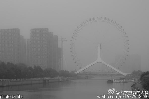 18日,雾霾笼罩下的天津。(图片来源:@名字重复的太多)