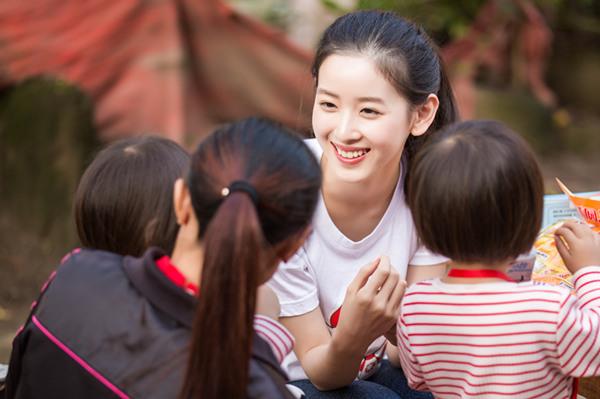 章泽天探访贫困儿童