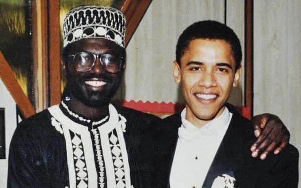 美国总统贝拉克・ 奥巴马(右)和同父异母哥哥马利克・ 奥巴马。(图片来源:《每日电讯报》网站)