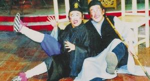 赵本山,生于1957年10月2日,籍贯是辽宁省铁岭市开原县莲花乡莲花村石嘴沟。现居住在沈阳。他身上有多重身份,2003年成立辽宁民间艺术团,后组建成本山传媒集团。他广收门徒,60余个弟子个个身怀绝技。可以说,他用二人转给自己打开了一条前人没有走过的路。