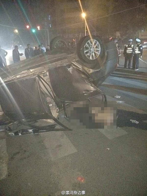 车身严重变形,一名男子躺在道路上。