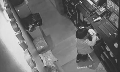 两小孩在孕妇掩护下偷手机。视频截图