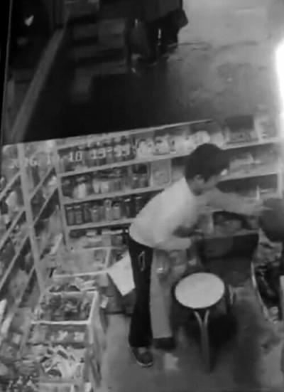 男孩偷钱包被拍下。视频截图