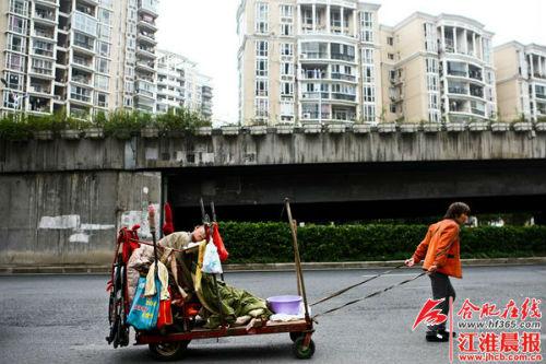 住在高架桥下的刘从花,希望能有一个住所,能够遮风避雨,让丈夫平安过冬。