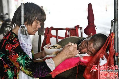 刘从花将好心人给的饭菜,喂给丈夫吃。