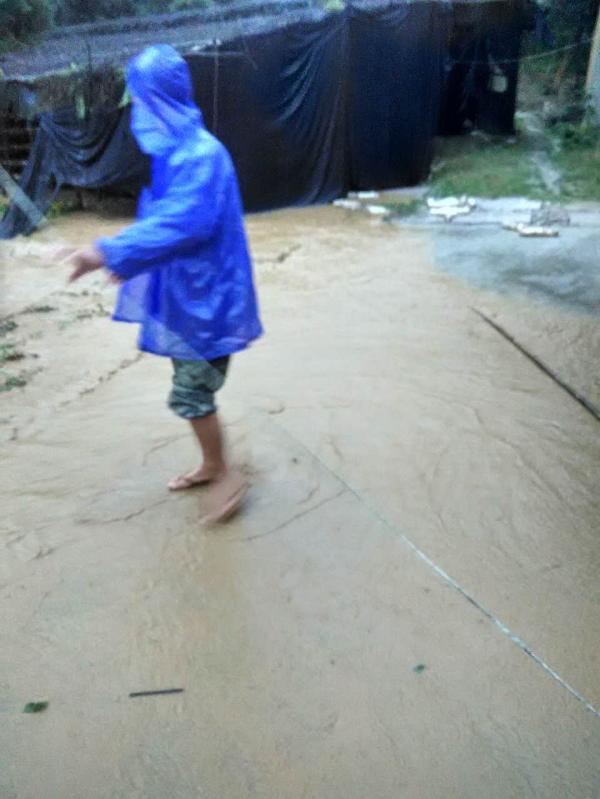 9月15日清晨,庄里村的小溪边,村支委张华忠用手机为村支书周炳耀拍下其生前最后一张照片。 张华忠 图