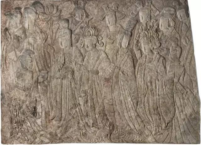 明星藏品:《帝后礼佛图》,是龙门石窟宾阳中洞东壁上的浮雕。创作于北魏年间,1933年,堪萨斯城的纳尔逊美术馆刚刚开馆,得到了大把资金捐助。为了征集亚洲艺术品,该馆研究员史克曼踏上了去龙门的漫漫旅途。最终让《帝后礼佛图》落户于纳尔逊博物馆。后来,史克曼当上了堪萨斯城纳尔逊美术馆的馆长。
