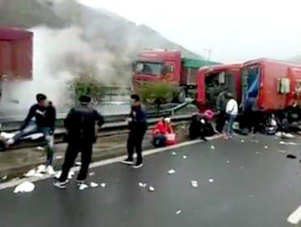 """20日上午,多个山西当地微信公众号爆料称:G55二广高速太长段(即""""太长高速"""")发生一起大巴车侧翻事故。两段途经事发路段的网友拍摄的现场视频显示,一辆红色大巴车侧翻在高速路中央的隔离护栏处。有伤员坐在事故大巴车旁的地面上,另有几名男子自发组织引导过路车辆避让,绕开事故车辆所占的超车道。"""