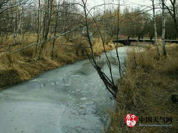 10月20日,因为气温较低,根河市河道已结冰。(拍照:侯海婷)