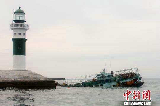 资料图:渔船在永兴岛防波堤外触礁半沉。