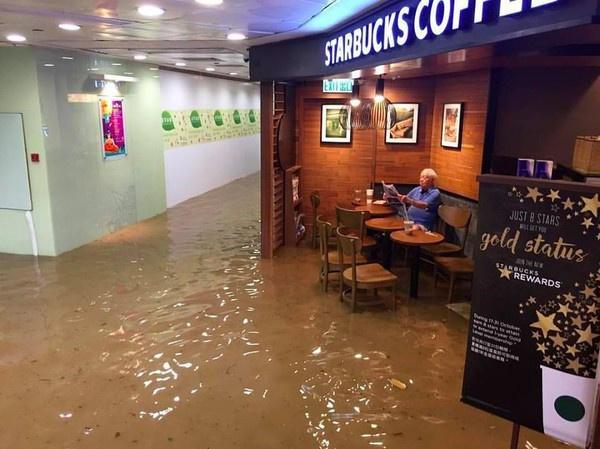 香港近日受到海马台风外围环流影响,市区常下起急降雨,让部分地区淹水,又以柴湾最为严重,10月19日有网友Kristy Chan在柴湾的某咖啡店,拍到一张老伯在水中,悠然自在看报纸的照片,在网路上爆红,连英国广播电视BBC都大篇幅报导,还跟台湾之前台风中吃包子的大婶比一比。 图文:中青网
