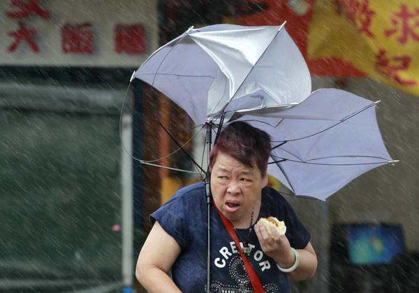 BBC还在报导中,引用之前9月底梅姬台风侵台时,在风雨中吃包子大婶照片同样全球爆红,意指台湾有包子大婶,香港有这位老伯。