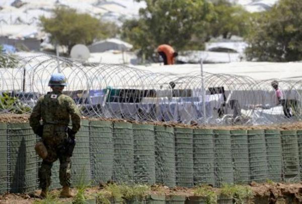 日本自卫队在南苏丹首都朱巴的难民营外执行任务。 中华网军事 图