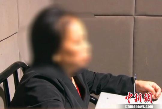 多次虐待孙女的犯罪嫌疑人陈某在接受警方审讯。 图据警方 摄