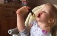 无臂女童用脚吃饭感动网友