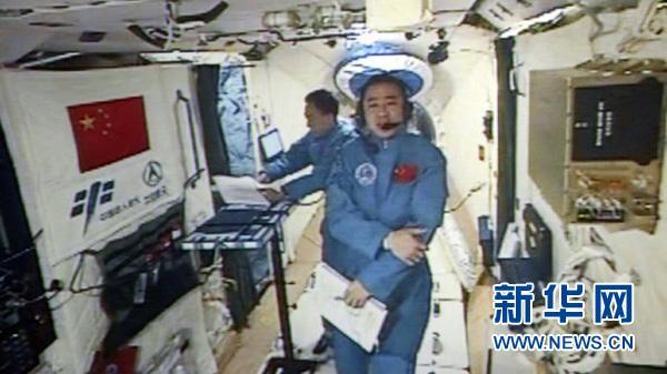 10月21日晚9时许,新华社太空特约记者陈冬在天宫二号内口述太空日记。 新华社发(中国航天员中心提供)