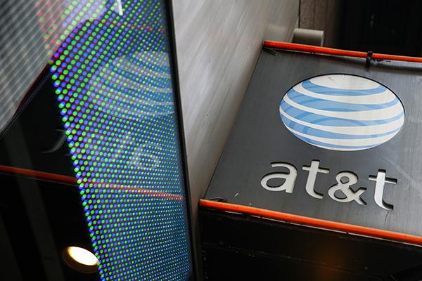 AT&T同意为时代华纳每股支付107.50美元,支付结构将是一半现金一半股票。