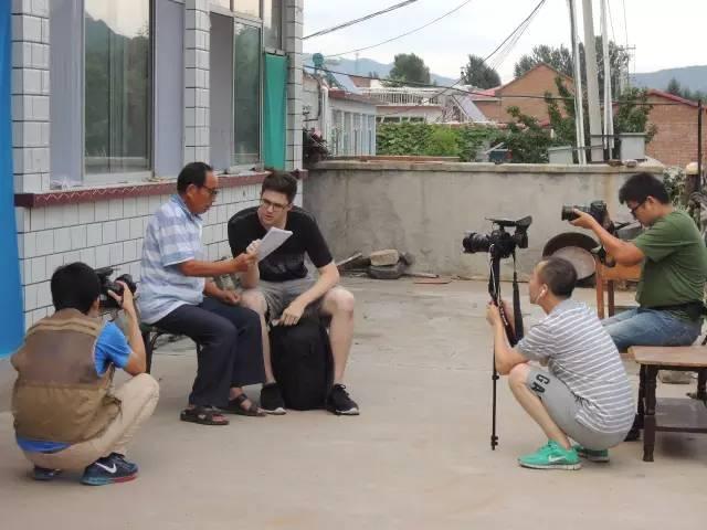 外国留学生向石俊永老师学汉语