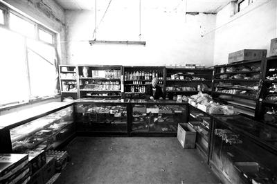 十五六平方米的店里三面摆放着柜台,柜台下面,零散地摆放着一些日用百货