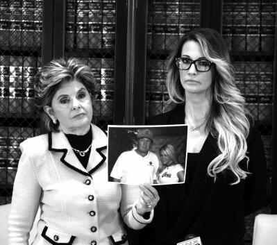 美国艳星杰茜卡(右)与律师出席新闻发布会,律师手持杰茜卡与特朗普合照。