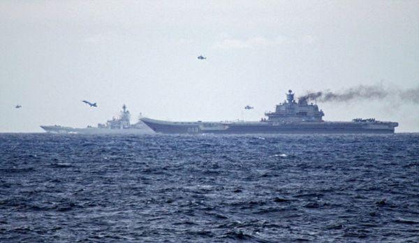 """英海军战舰拍摄的""""库兹涅佐夫""""号航母编队在挪威外海进行演习。"""