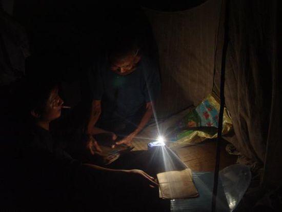 我在黄家光家中,就动手电筒光,采访黄家光的父亲。