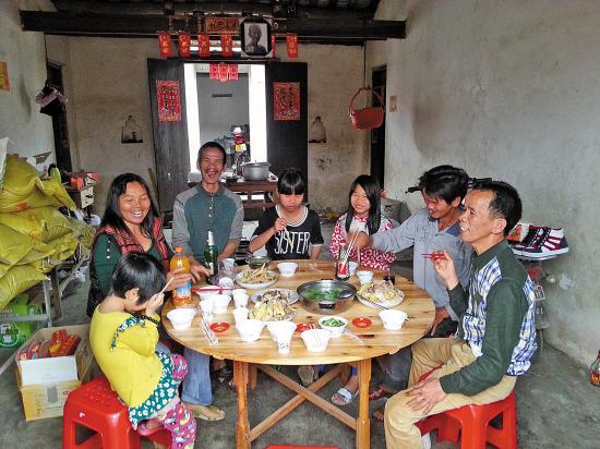 羊年新年是黄家光17年来初次在家过年,一家人又欢欢欣乐坐在一同饮酒吃肉。黄家光说17年前下狱时,年老的孩儿还没出身,不外出狱后孩儿很快就跟他混熟了