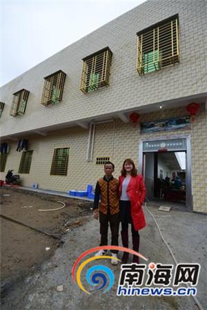 黄家光和其时的女友,前面是他刚建成的新居。本组图由记者陈卫东摄