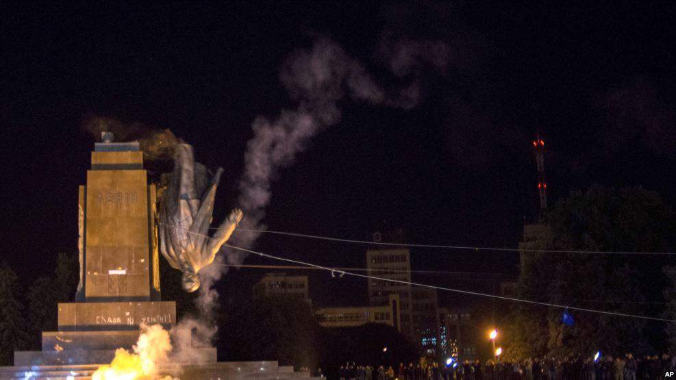乌克兰东部都会哈尔科夫一座列宁雕像被捣毁。