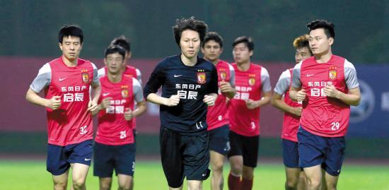 李铁带着恒大队球员训练。