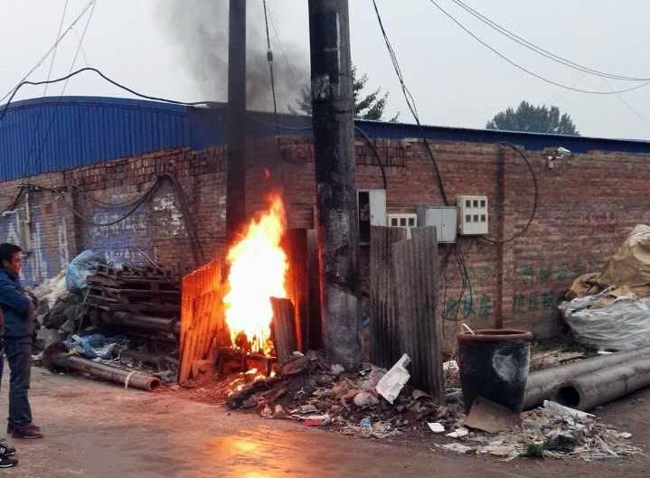 雄县龙湾镇道三村一带有20多家废塑料加工作坊,黑烟无组织排放。