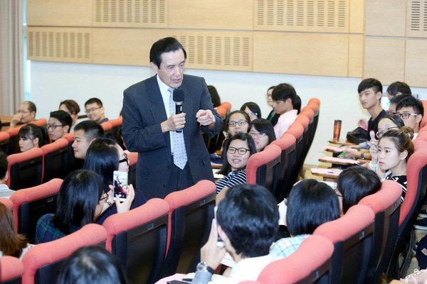 原文配图:台湾地区前领导人马英九25日到台湾东吴大学发表演讲。