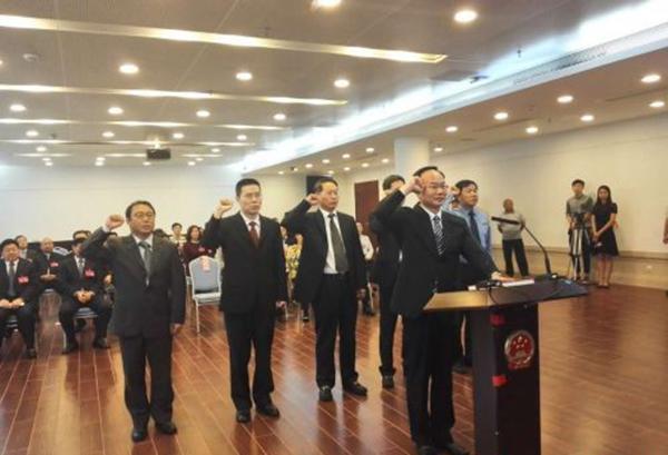 新获录用职员向宪法发誓就职,领誓报酬徐文海。