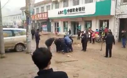 银行女职员多次被强奸_河南男子银行内行凶砍伤警察 警方开枪将其擒获-搜狐新闻