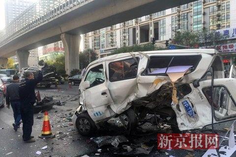 事故现场,涉事车辆损伤严重。新京报记者 赵凯迪 摄