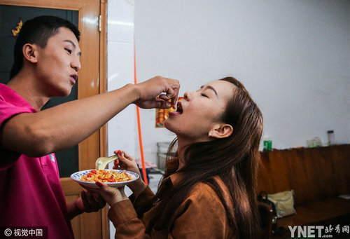 女友在南京玩得很高兴,致使于忘了在家里独处的韦勇。他一直地给女友发微信和语音,却不见答复。