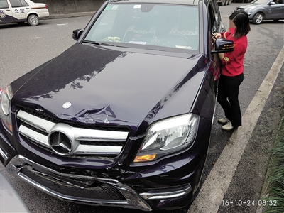 被追尾的起亚车。 李密斯的飞驰车车头重大受损。