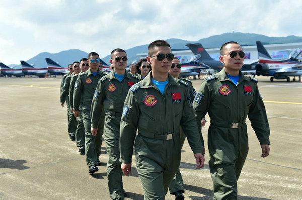 """中国空军07飞行标志图片_""""八一""""飞行表演队飞抵珠海 飞行员帅气亮相-搜狐军事频道"""