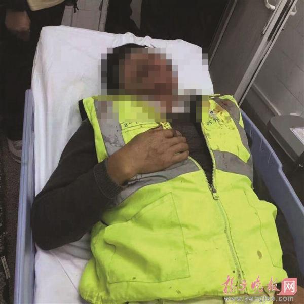 图为受伤环卫工人。