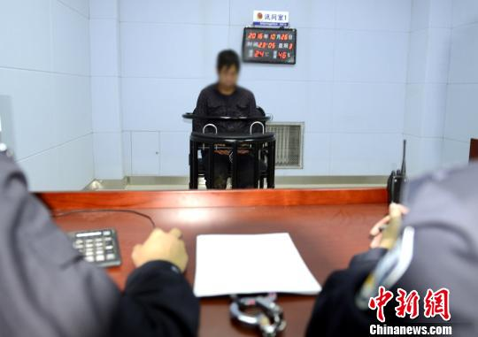 犯法怀疑人李某承受警方审判。警方供图