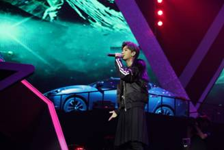 汪苏泷在时尚星秀人物盛典演唱《一笑倾城》