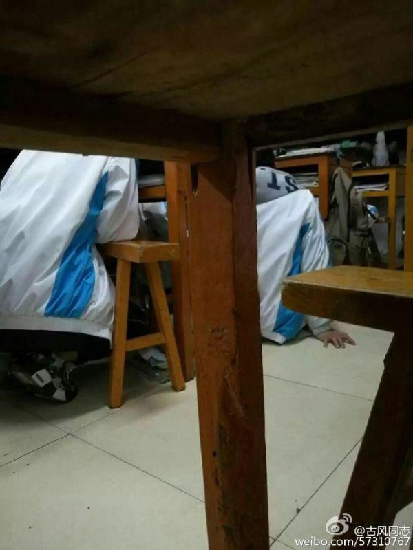 """微博网帖称,""""宿州三中高一(18)班学生上课时存在集体下跪现象。图片来自网络"""
