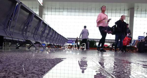 合肥高铁南站候车厅至少6处漏雨,地上放小桶接水