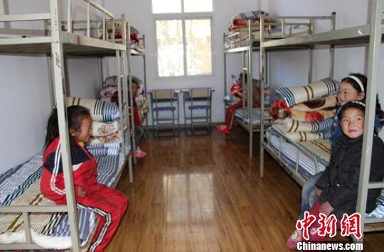 甲洼镇小学学生寝室通道。 叶强平 摄