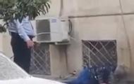 巡警水浇路边男子旁人哄笑
