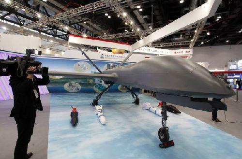 2013年9月25日,在第十五届北京国际航空展上,一名记者拍摄中国航天空气动力技术研究院展出的彩虹4在det365网赌被黑赢了不给提现怎么办_det365_det365亚洲官网网站。新华社发