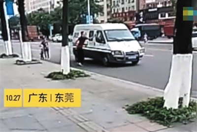 涉事男子追砸押款车辆。