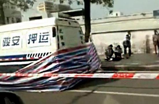 """随后一段采访目击者的视频显示,男子追击运钞车是有原因的,并非""""心血来潮""""。据目击者透露,运钞车在红绿灯区域曾撞到男子,之后车辆跑路,引起男子不满,于是发生了接下来的一幕。"""
