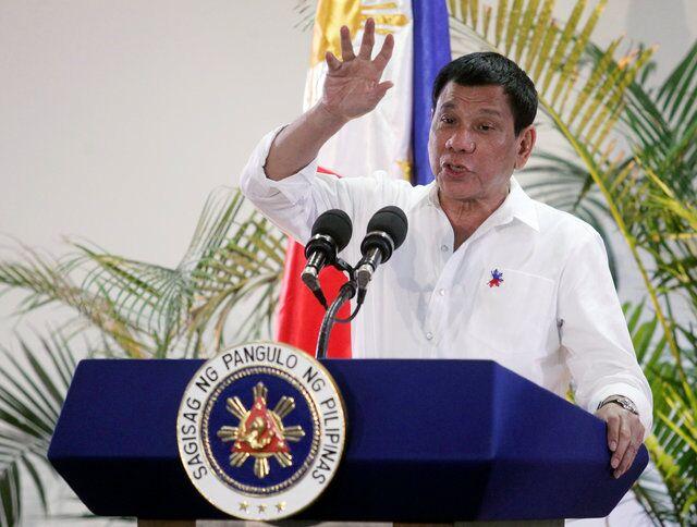 【举世网归纳报导】菲律宾总统杜特尔特(Rodrigo Duterte)常口出秽言漫骂,连上帝教教宗和美国总统都被他无礼批判,不外他说他要改掉这习气了,由于他声称搭机时闻声天主对他说,若是他再骂脏话,就要让飞机掉落。